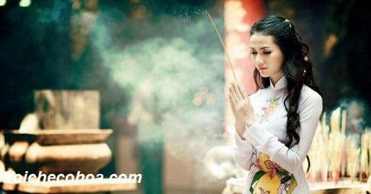 Hình ảnh minh họa người phụ nữ đọc bài khấn lễ động thổ