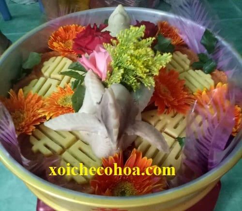 Hình ảnh minh họa một mẫu xôi gà với cách trang trí mâm quả ngày cưới